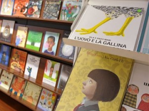 knjižna polica z otroško literaturo