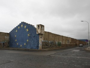 Fotografija zidu hiše na kateri je naslikana zastava EU.