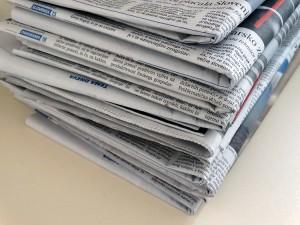 Kup časopisov na mizi