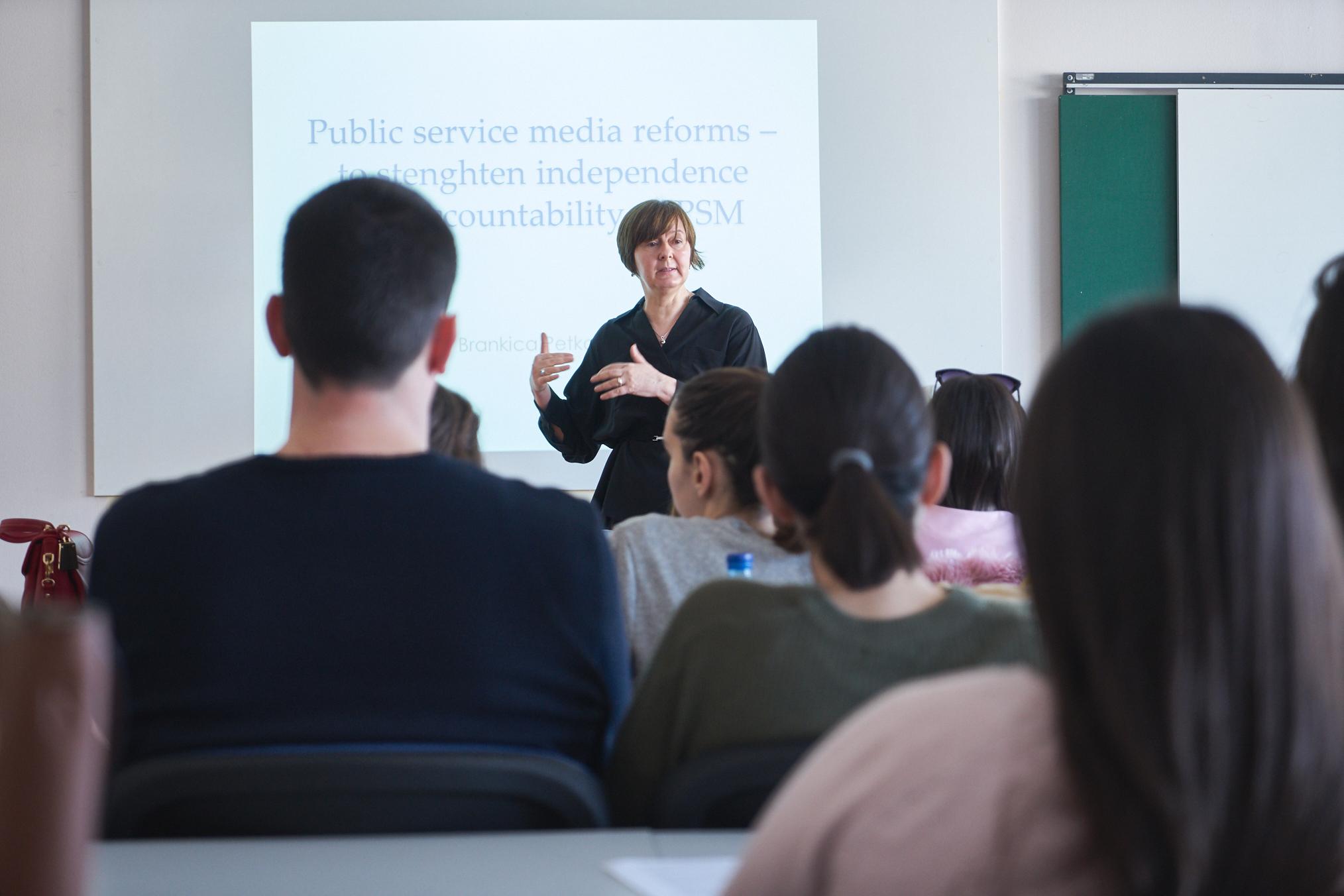 Predavanje Brankice Petković  študentom novinarstva o pomenu in delovanju javnih radiotelevizijskih servisov v Evropi.