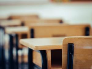 Zaganjanje gospodarstva ob zaprtih vrtcih in šolah: neenakost staršev in diskriminacija žensk