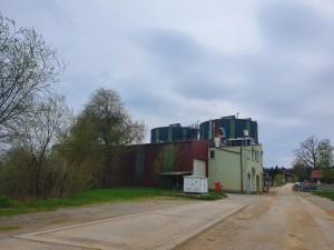 Bioplinarna Črnomelj je v lasti energetske družbe Petrol, ki v eni od reklam trdi, da delajo »vse, da bi ohranili vse tisto, kar imamo«. Ali med to spada tudi črna človeška ribica?