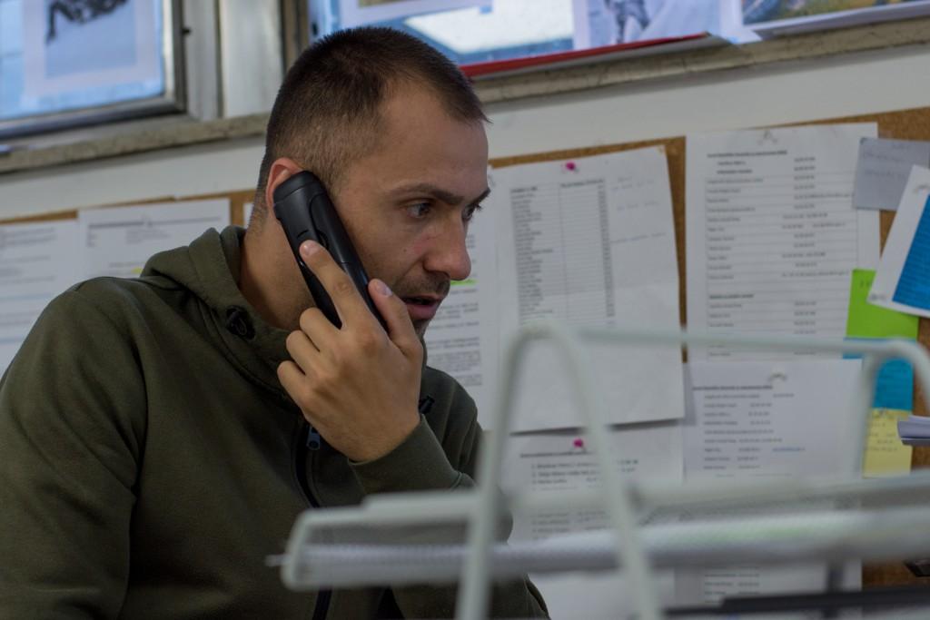 Svetovalec v Delavski svetovalnici Elmir Čerimović poudarja, da se tedensko srečuje z več primeri neizplačanih plač, zato včasih prevzame tudi vlogo dobrodelne organizacije in pomaga uporabnikom premostiti finančno krizo med reševanjem situacije, ki mu jo je povzročil delodajalec.