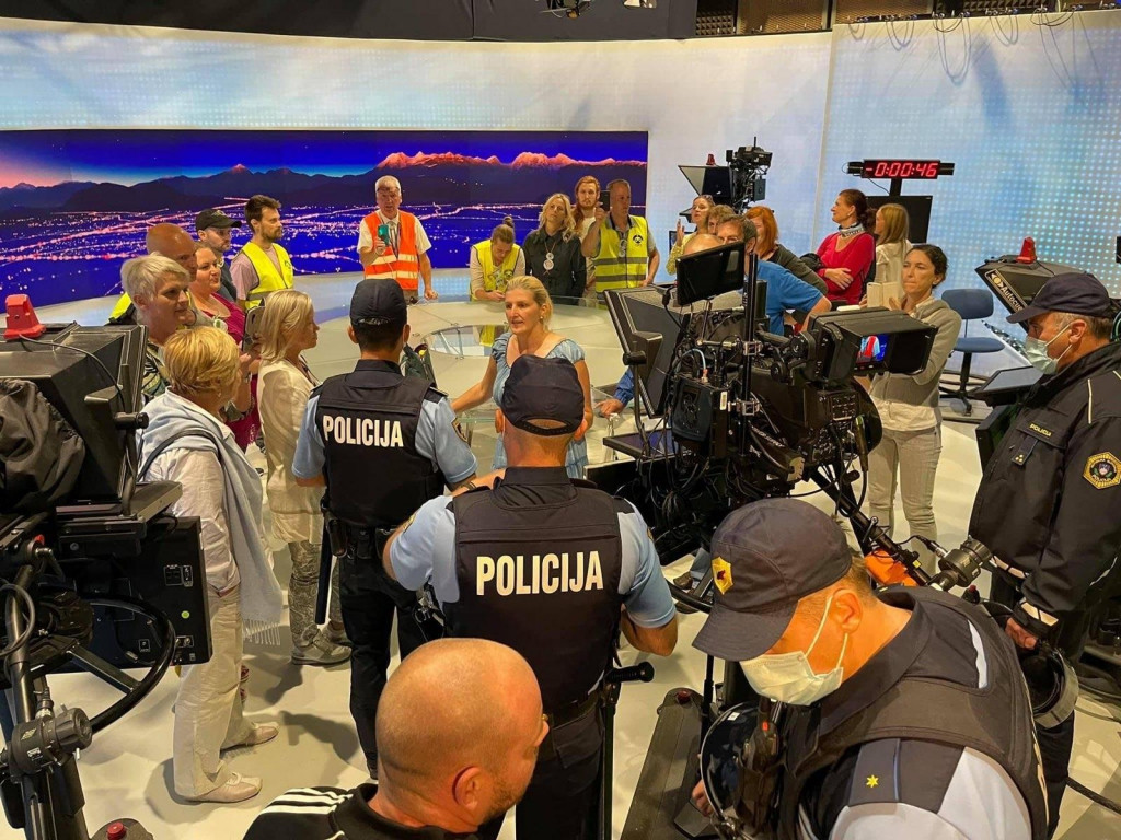 Vdor zanikovalcev covida-19 in nasprotnikov cepljenja v studio javne televizije je obsodil tudi politični vrh. Foto: MMC RTV SLOVENIJA